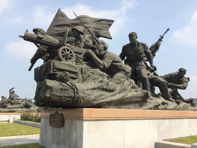 Tượng trong khuôn viên Bảo tàng chiến tranh