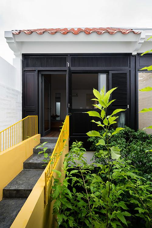 Chủ nhà đã nhờ người bạn thân là KTS Tạ Tiến Vĩnh cùng các cộng sự ở Landmak Architecture thiết kế một nơi ở gợi nhớ về những ngôi nhà ở Hà Nội mà vẫn có nét kiến trúc địa phương.