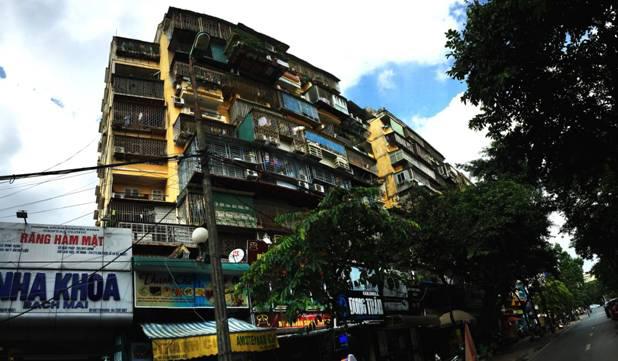 Các căn hộ cơi nới chiếm diện tích gây lộn xộn, mất mỹ quan. Điển hình như nhà trên tầng cao nhất của khu tập thể Giảng Võ sát đường Trần Huy Liệu mở rộng diện tích quá nhiều, nhô hẳn ra ngoài so với các nhà khác.