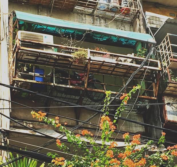 Khu nhà B1 của khu tập thể Nam Đồng (Đống Đa, Hà Nội) cũng cơi nới diện tích nhưng chỉ dựng bằng bằng giàn sắt khá nguy hiểm bởi sắt đã hoen gỉ khá nhiều.