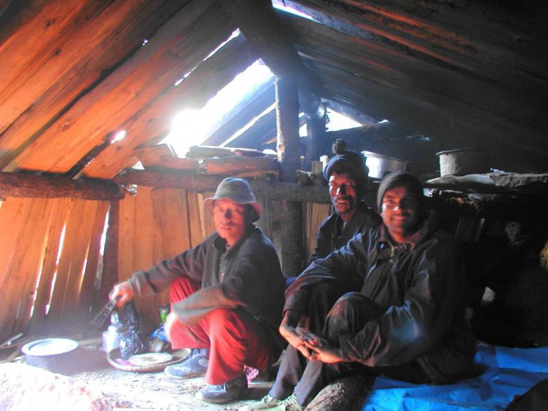 Tác giả ở chòi nghỉ đêm trên núi ở độ cao 4.500m - Hymalaya