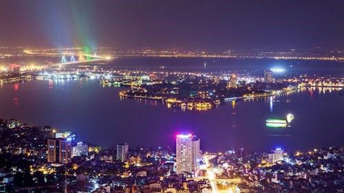 Hồ Tây, hồ Trúc Bạch và đường Thanh Niên nhìn từ trên cao.. Ảnh: Công Duy