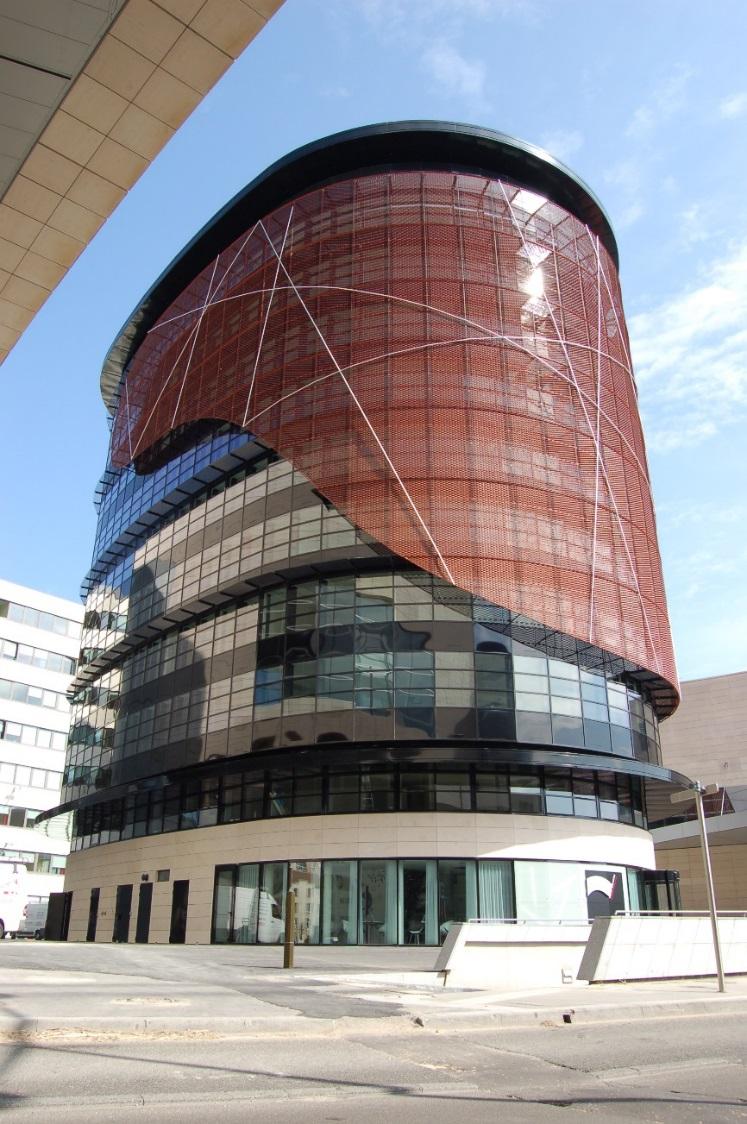 Tháp văn phòng Elithis Dijon France. Tòa nhà có mức sử dụng năng lượng dương (khi tính mô phỏng) đầu tiên trên thế giới với mức chi phí xây dựng 1400 euro/m2, đúng bằng mức xây văn phòng thông thường tại Pháp (2009)