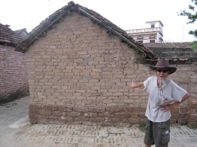 Nhà gạch đất ở Đường Lâm. Người dân hỏi: Có cần giữ ngôi nhà này không?v