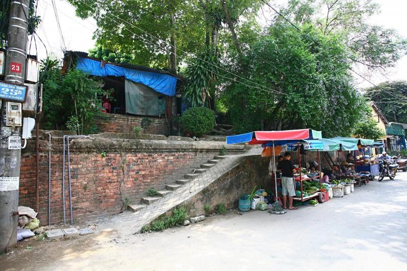 Xây nhà ở thượng thành và xây cả cầu thang đi lên – đường Ông Ích Khiêm, khu vực Đông Nam giữa cửa Thượng Tứ và cửa Đông Ba