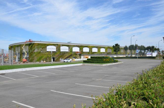 Mặt tiền xanh màu cây cỏ rộng 35.000m2 của Trung tâm thương mại Alpha Park II ở Clayes-sous-Bois.