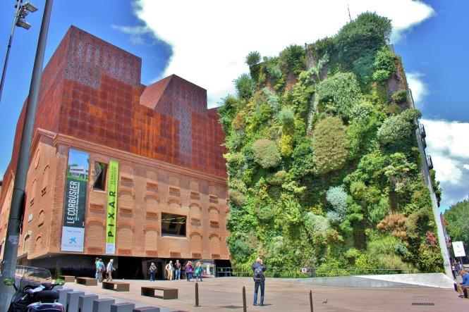 Bức tường xanh của tòa nhà CaixaForum ở Madrid.