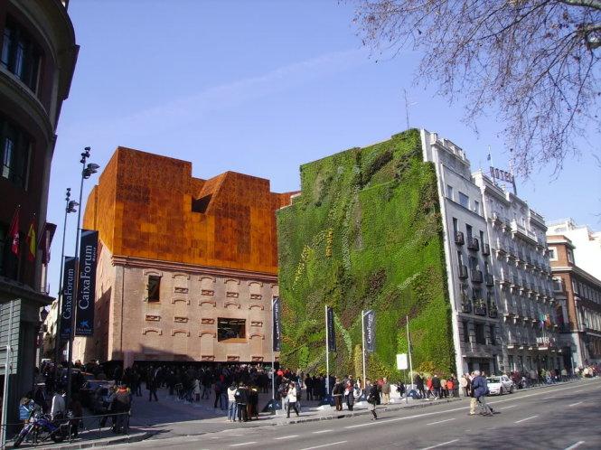 Du khách săn ảnh bức tường xanh tòa nhà CaixaForum.