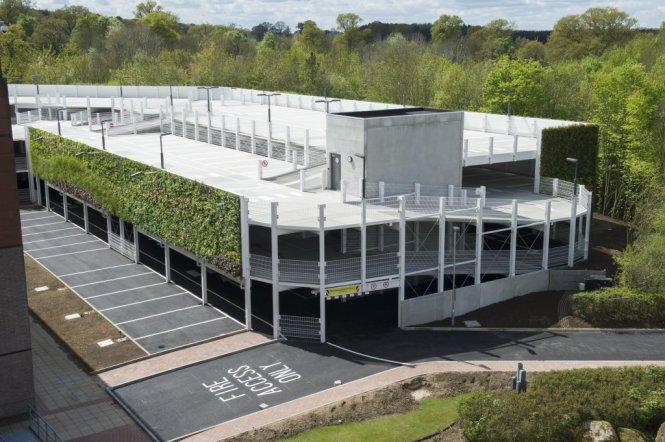Một góc bãi đậu xe ở tòa nhà quản lý lưới điện quốc gia Anh.