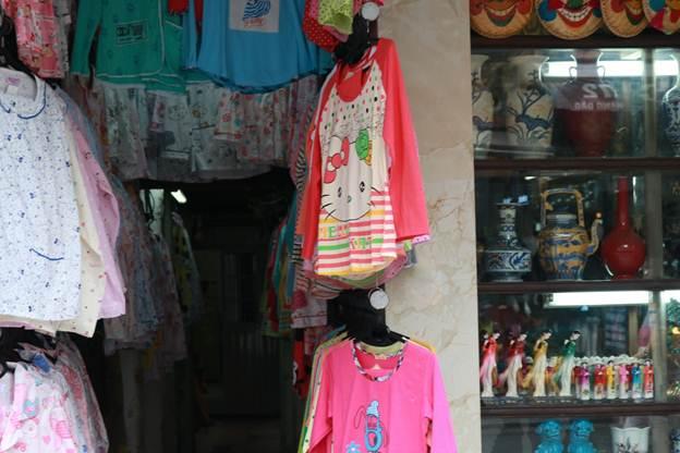 Quần áo được treo đầy cửa ngõ ra vào để tận dụng diện tích trưng bày gian hàng.