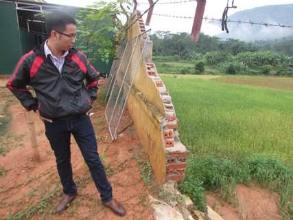 Cán bộ Ban quản lý dự án huyện Quế Phong kiểm tra các hạng mục bị hư hỏng do mưa lũ tại trường Phổ thông DTNT THCS huyện Quế Phong để tìm giải pháp khắc phục hoàn toàn.