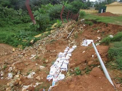 Việc nước lũ dâng cao bất thường vào đêm 13 rạng sáng ngày 14/9 vừa qua đã khiến một đoạn tường rào dài của công trình trường Phổ thông DTNT THCS huyện Quế Phong cuốn phăng, đổ sập xuống.