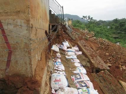 Sau khi nước lũ rút, UBND huyện Quế Phong đã cử lực lượng đóng bao cát để kè chân nơi sạt lở, khắc phục tạm thời, tránh tình trạng sạt lở sâu vào các hạng mục khác.