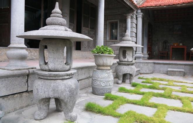 Hai cây đèn đá được làm cùng thời gian với ngôi nhà, đặt ở tiền sảnh.