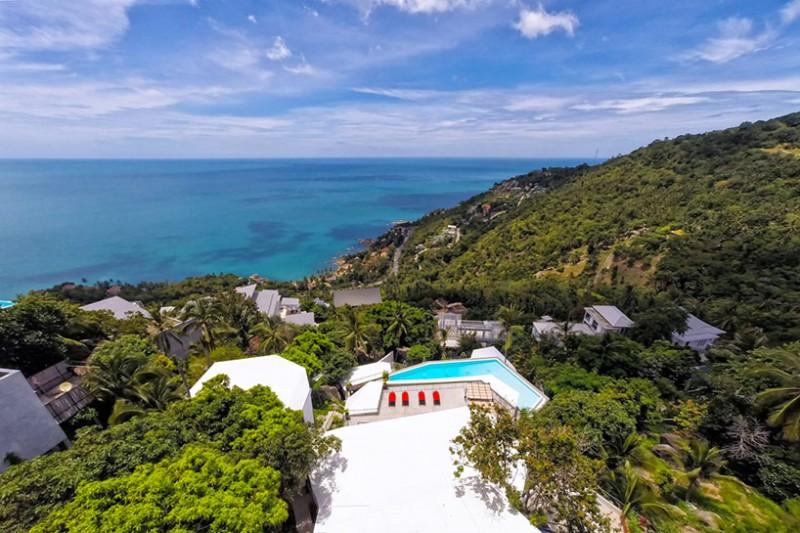 Những bức tường trắng của khu nghỉ dưỡng nổi bật trên cảnh sắc xanh tươi của miền nhiệt đới