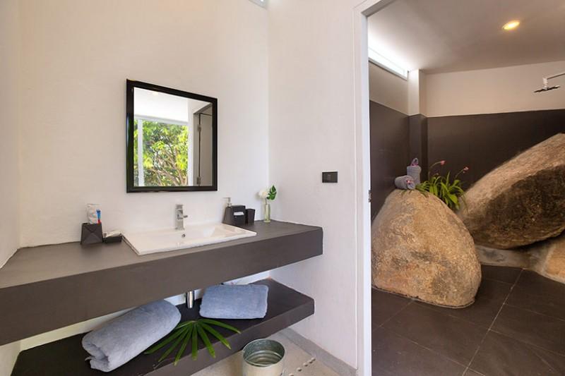 Phòng tắm tiện nghi với những khối đá trang trí độc đáo