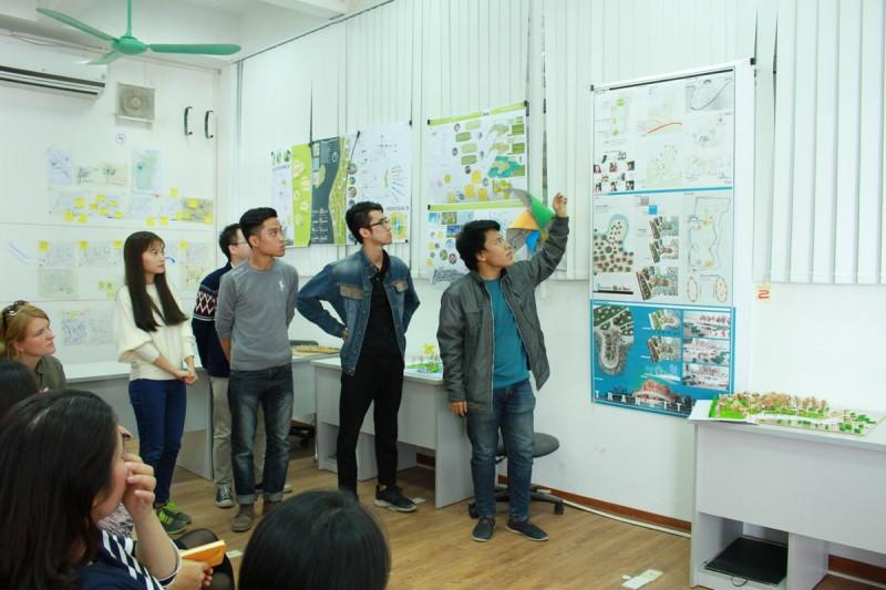 Đào Duy Tùng (ngoài cùng bên phải) cùng các bạn SV báo cáo kết quả nghiên cứu