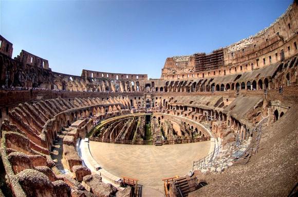 Theo ước tính, hơn 500.000 người và hơn 1 triệu động vật chết khi tham gia các trò chơi sinh tử đẫm máu ở đấu trường La Mã nhằm mua vui cho mọi người trong thời gian công trình này hoạt động.