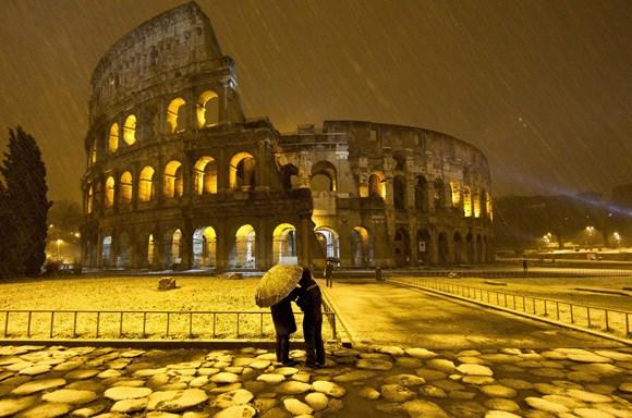 Nhiều lễ hội được tổ chức tại đấu trường La Mã kéo dài tới 100 ngày. Đôi khi người La Mã khiến đấu trường La Mã trở nên ngập nước để biến nơi đây trở thành địa điểm diễn ra những trận hải chiến thú vị nhằm mua vui cho mọi người.