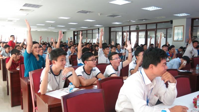 Các bạn sinh viên hào hứng tham gia sự kiện