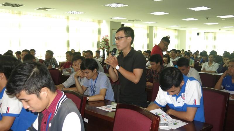 Sinh viên tham gia trả lời câu hỏi từ Ban tổ chức