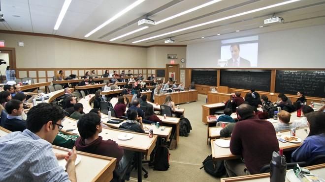 Sinh viên trường Luật Harvard tham dự giờ giảng của Giáo sưJon Hanson. Trường Luật được thành lập năm 1817. Tổng thống Mỹ Barack Obama và đệ nhất phu nhân Michelle Obama từng là sinh viên trường này.