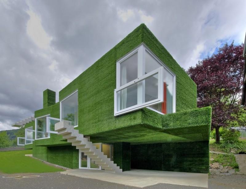 Tổng thể căn nhà là sự kết hợp của các hình khối phủ cỏ nhân tạo xanh rì.