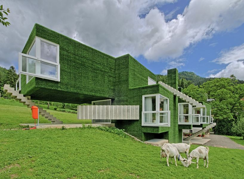 """Cấu trúc hình khối được đặc biệt nhấn mạnh nhờ ý tưởng """"trùm"""" cỏ xanh sáng tạo."""