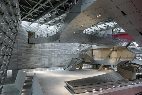"""Các """"đám mây"""" được kết nối với các triển lãm phòng của cả hai viện bảo tàng với cây cầu và đường dốc"""