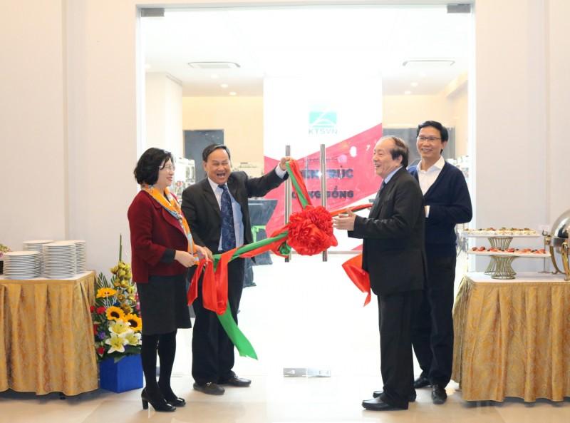 KTS Nguyễn Tấn Vạn - Chủ tịch Hội KTS Việt Nam cùng các đại biểu cắt băng khánh thành