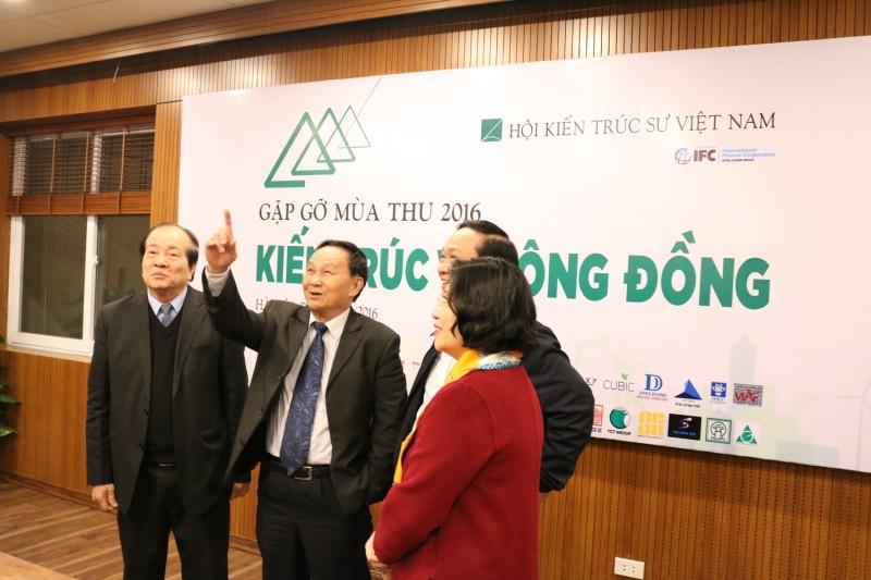 Đoạn đại biểu thăm phòng Hội trường tại tầng 3