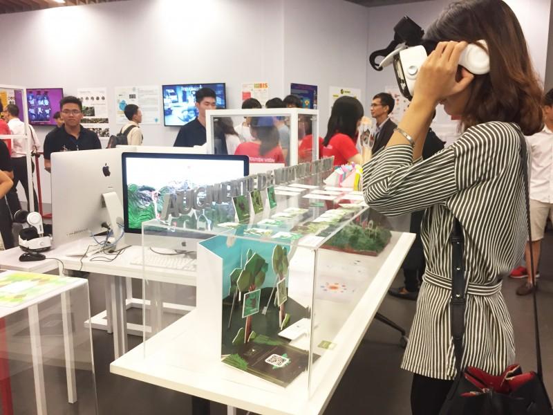 Sinh viên trải nghiệm công nghệ thực tế